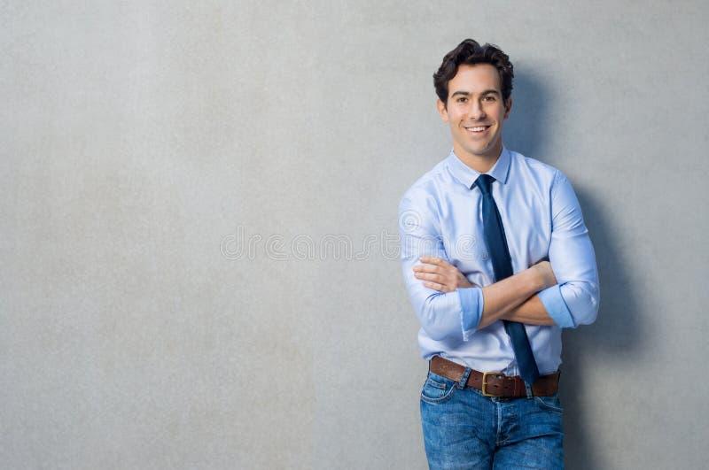 Счастливый удовлетворенный бизнесмен стоковая фотография