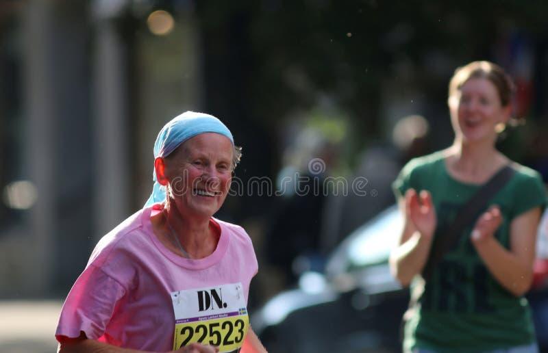 Счастливый ход пожилой женщины стоковое фото rf