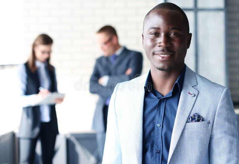 Счастливый черный бизнесмен стоковая фотография rf