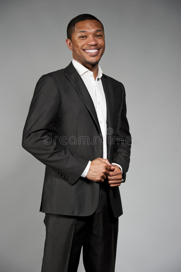 Счастливый черный мужчина в костюме стоковые фотографии rf
