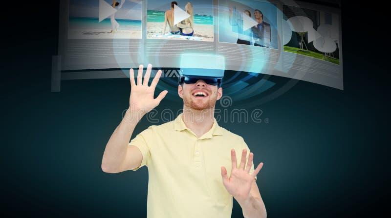 Счастливый человек в шлемофоне виртуальной реальности или стеклах 3d бесплатная иллюстрация