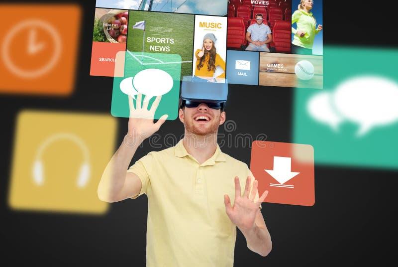 Счастливый человек в шлемофоне виртуальной реальности или стеклах 3d стоковые изображения rf