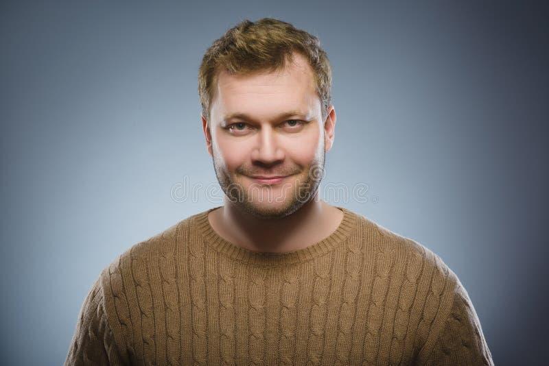 счастливый человек Портрет красивый усмехаться человека изолированный на серой предпосылке стоковая фотография rf