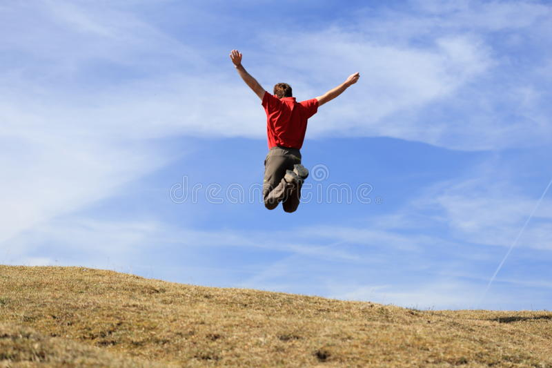 Счастливый человек скачет в воздух стоковые изображения