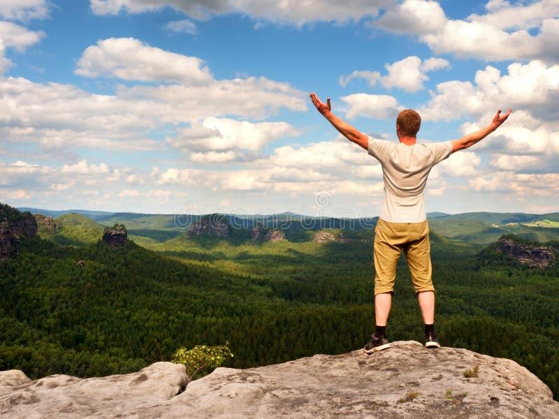 Счастливый человек с открытыми поднятыми оружиями Жест триумфа стоковое изображение