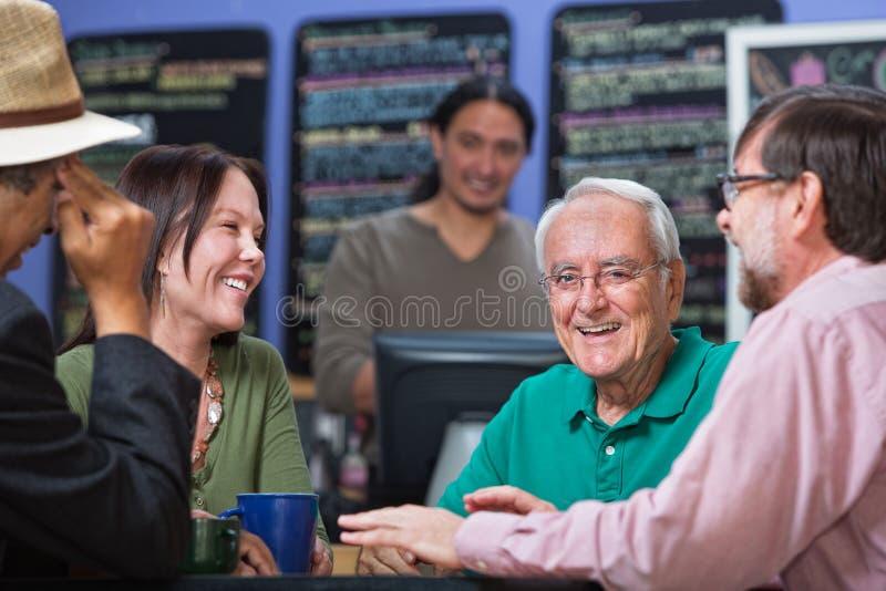 Счастливый человек с друзьями стоковая фотография