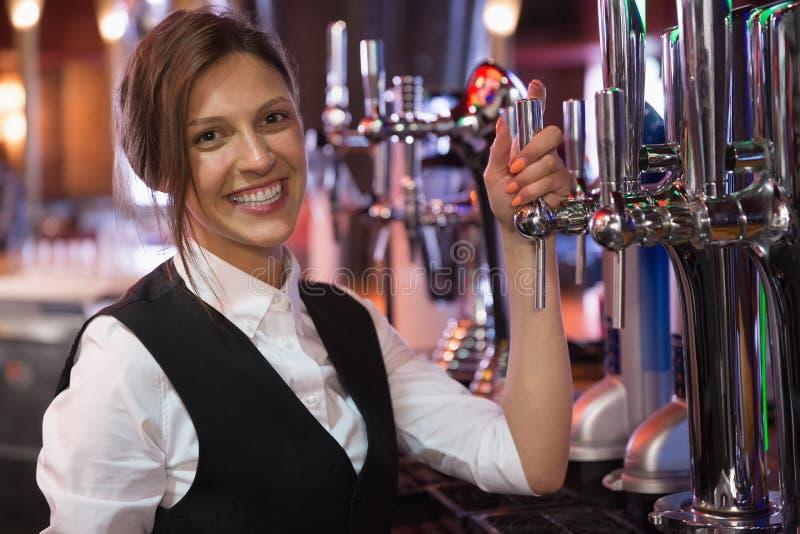 Счастливый barmaid усмехаясь на камере стоковые фотографии rf