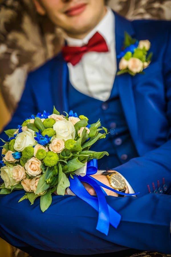 Счастливый groom с букетом свадьбы стоковые изображения