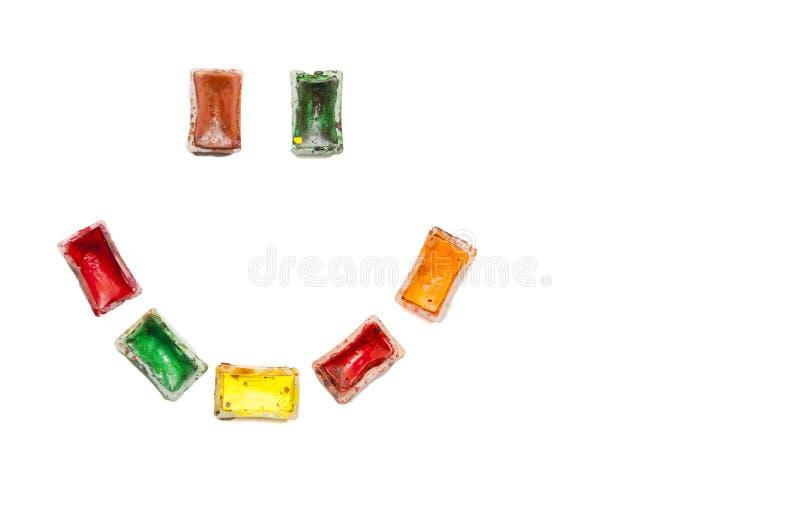 Download Счастливый Smiley сделанный из используемых старых красочных красок акварели на белой предпосылке Утеха и воодушевленность во вре Стоковое Изображение - изображение насчитывающей кризис, конспектов: 81801639