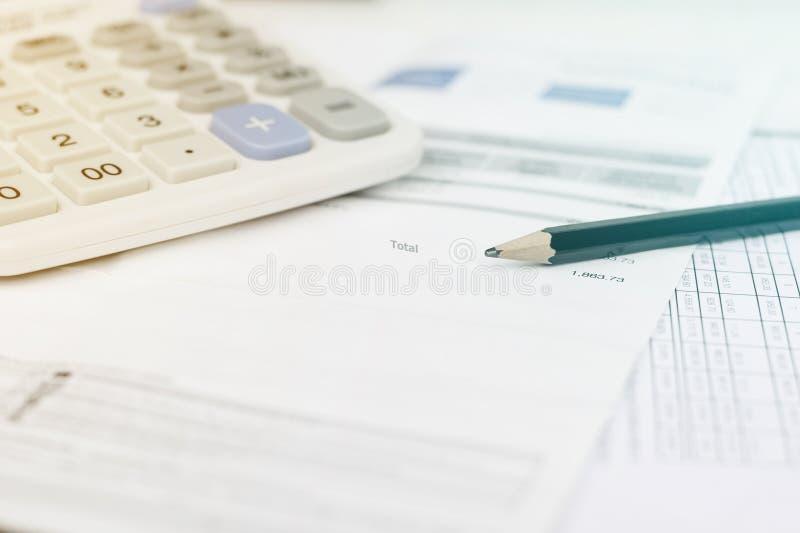 Счета за коммунальные услуги и калькулятор с карандашем стоковое изображение