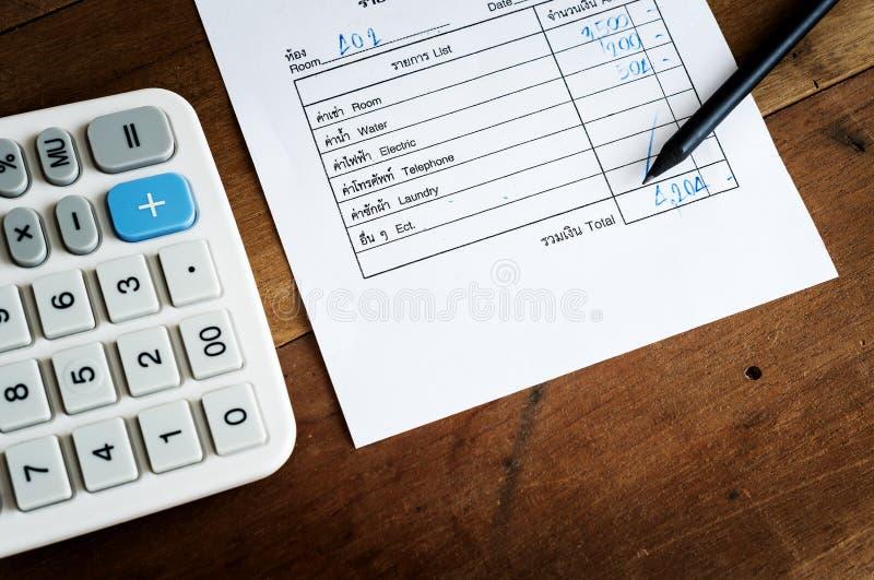 Счета за коммунальные услуги с калькулятором и карандашем, сохраняют деньги стоковое изображение rf