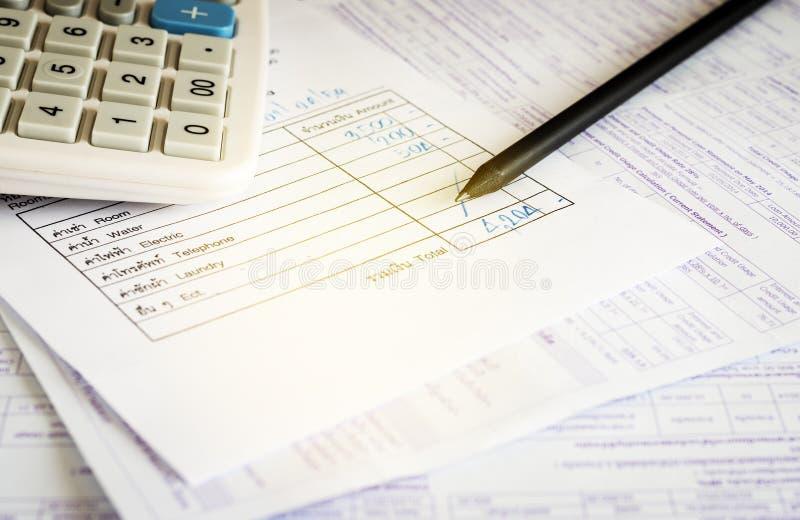 Счета за коммунальные услуги с калькулятором и карандашем, сохраняют концепцию денег стоковые изображения