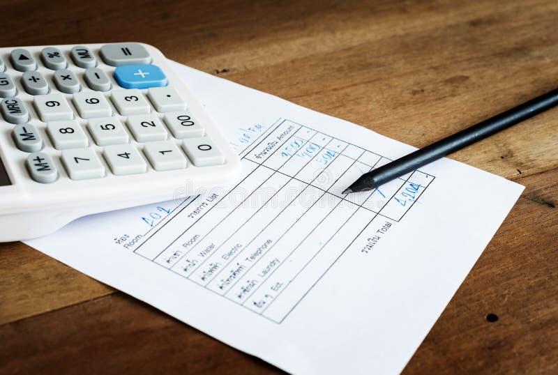 Счета за коммунальные услуги с калькулятором и карандашем, сохраняют концепцию денег стоковое изображение rf