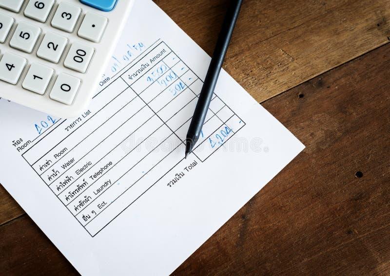 Счета за коммунальные услуги с калькулятором и карандашем, сохраняют деньги стоковые фотографии rf