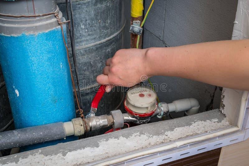 Счетчик воды и трубы в старой квартире стоковое фото rf