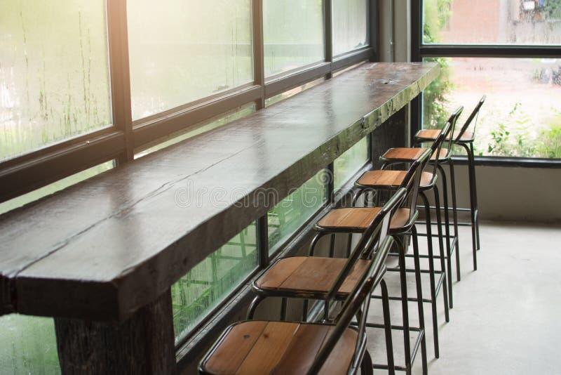 счетчик и стул бара в кофейне стоковое фото