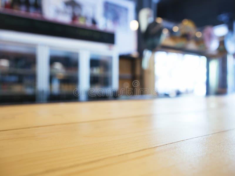 Счетчик столешницы с предпосылкой полки бара нерезкости стоковая фотография rf