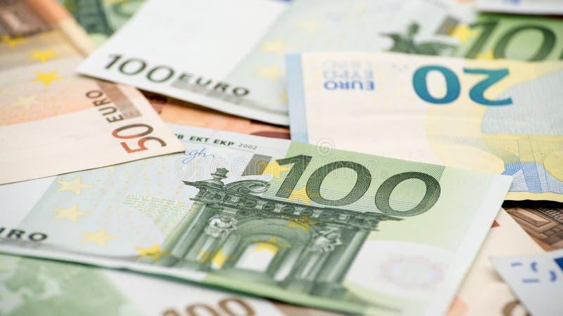 Счеты евро различных значений Счет евро 100 стоковые фотографии rf