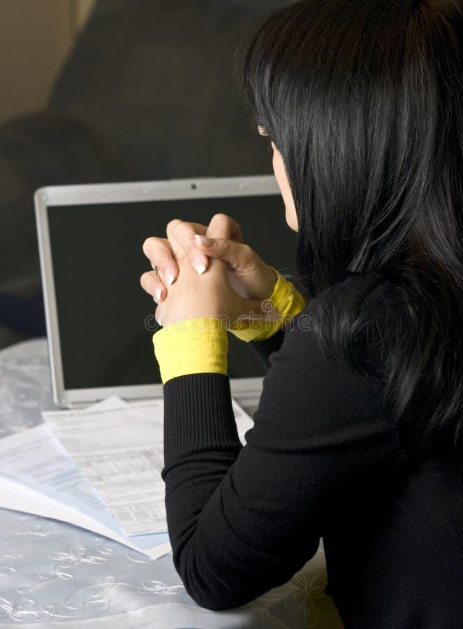 счеты оплачивая женщину стоковые фото