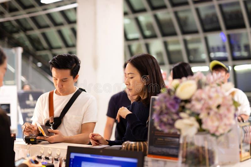 Счет азиатских пар подписывая для гостиничного номера на приеме стоковые изображения rf
