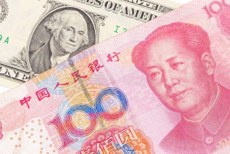 Счет доллара США и китайская банкнота юаней на белой предпосылке, США стоковое фото rf