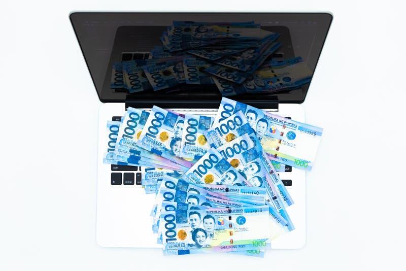 Счет с ноутбуком, валюта филиппинского песо денег Филиппин, филиппинские счеты денег предпосылка, концепция заработать деньги пес стоковое изображение rf