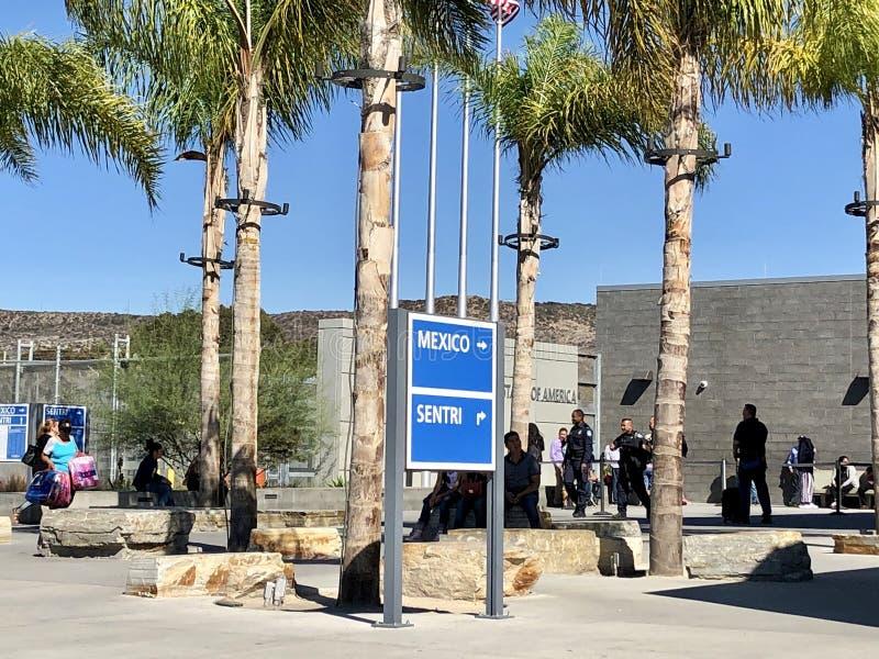 США - Мексиканская граница в Сан-Диего, CA Люди идя, распологать, ждать стоковое фото rf