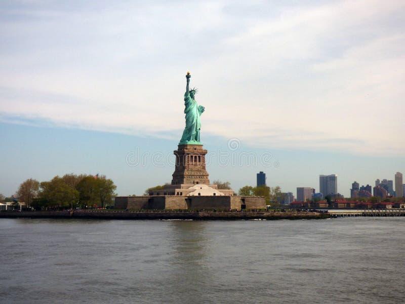 США Нью-Йорк заход солнца статуи newyork вольности города стоковые изображения rf