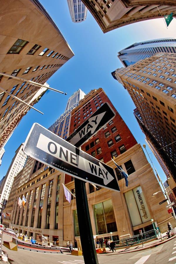 29 03 2007, США, Нью-Йорк: ОДИН указатель ПУТИ с взглядами неба стоковые фото
