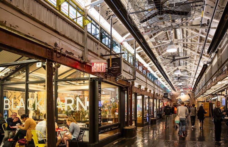 США, Нью-Йорк, рынок Челси Люди идя в залу стоковая фотография rf