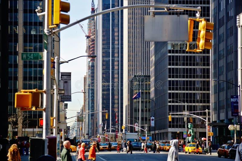 США, Нью-Йорк, 30 03 2007: 5-ый бульвар, взгляд перспективы, проходя стоковые изображения rf