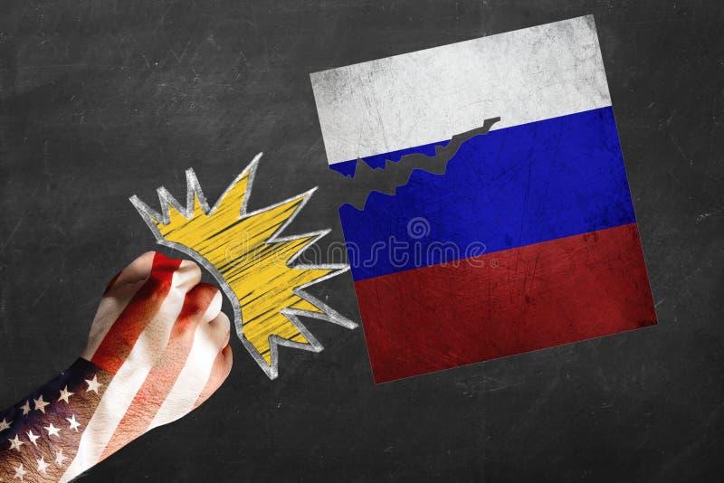 США против России Кулак украшенный с бить флага США стучая и срывая русским флагом стоковое фото