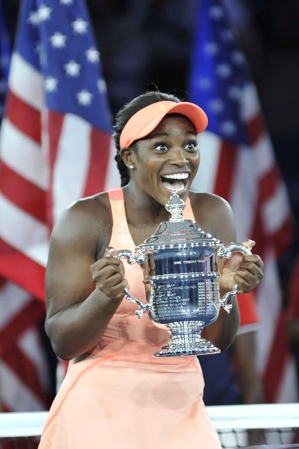 США раскрывают 2017 чемпиона Sloane Stephens Соединенных Штатов представляя с США раскрывает трофей во время представления трофея стоковые фотографии rf