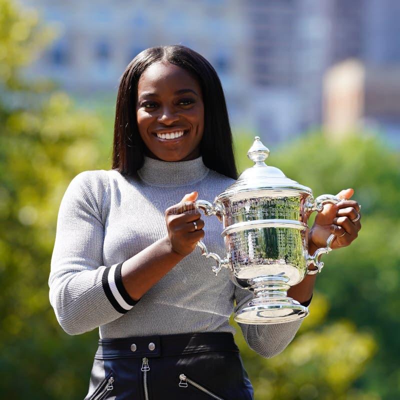 США раскрывают 2017 чемпиона Sloane Stephens Соединенных Штатов представляя с США раскрывает трофей в Central Park стоковые фото