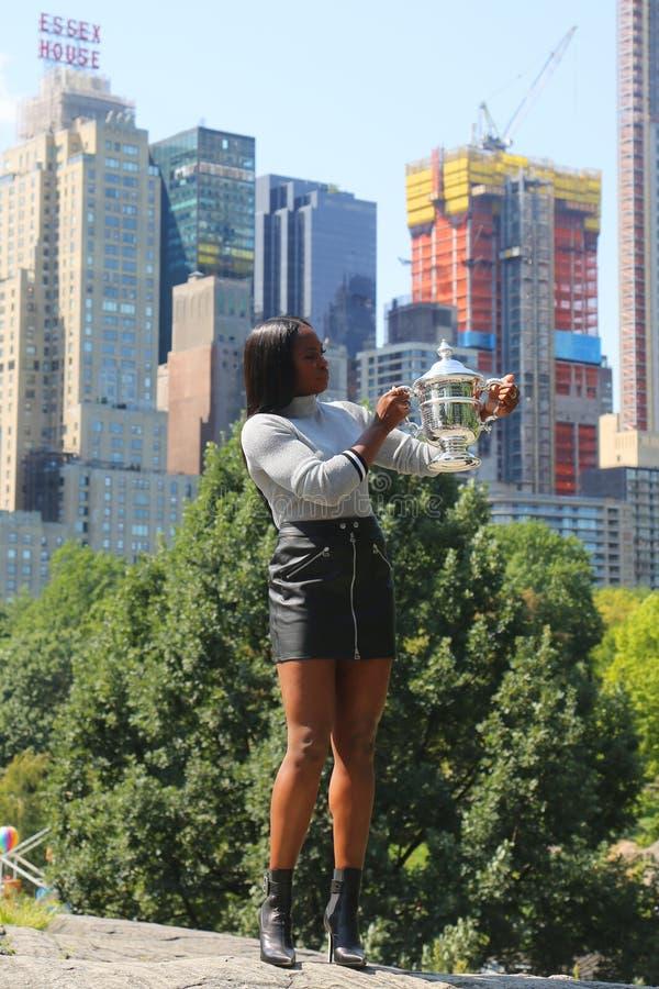 США раскрывают 2017 чемпиона Sloane Stephens Соединенных Штатов представляя с США раскрывает трофей в Central Park стоковое фото rf