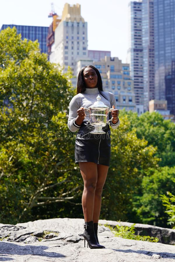 США раскрывают 2017 чемпиона Sloane Stephens Соединенных Штатов представляя с США раскрывает трофей в Central Park стоковое изображение
