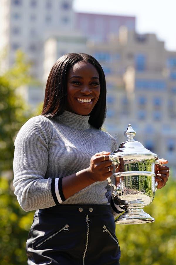 США раскрывают 2017 чемпиона Sloane Stephens Соединенных Штатов представляя с США раскрывает трофей в Central Park стоковые фотографии rf
