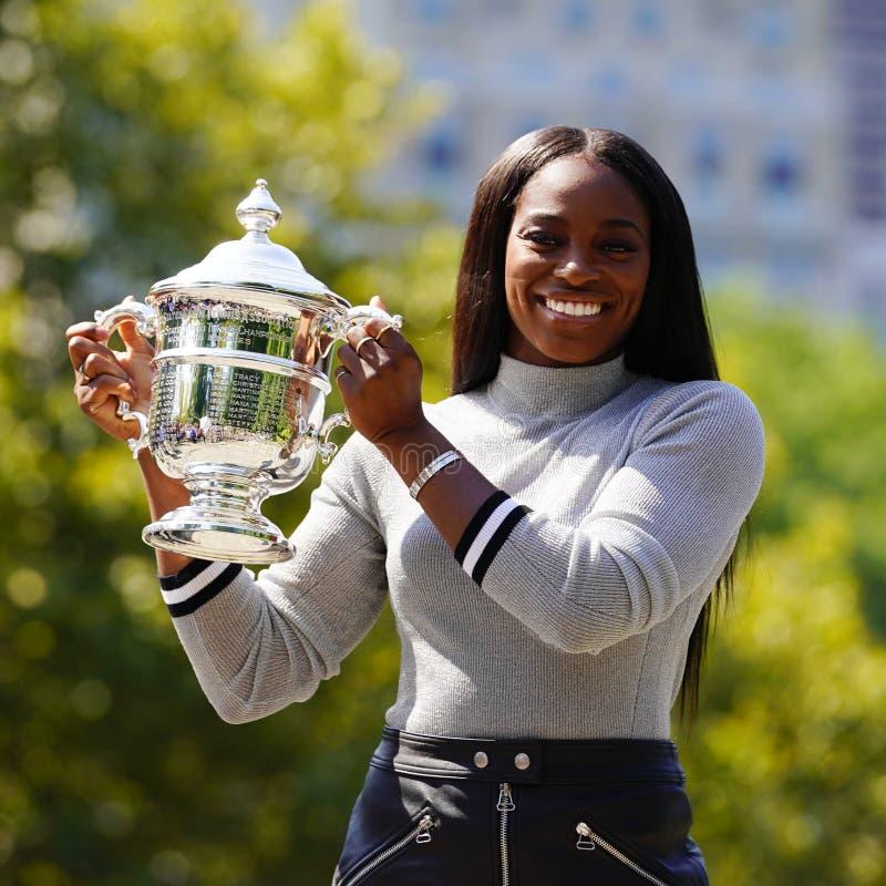 США раскрывают 2017 чемпиона Sloane Stephens Соединенных Штатов представляя с США раскрывает трофей в Central Park стоковое фото