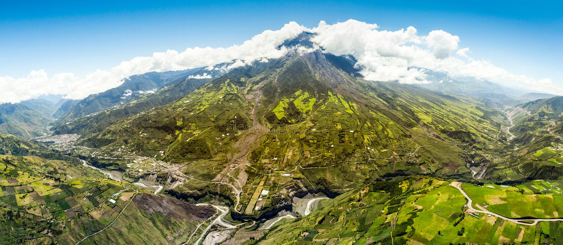 Съемка антенны панорамы вулкана Tungurahua стоковое изображение rf