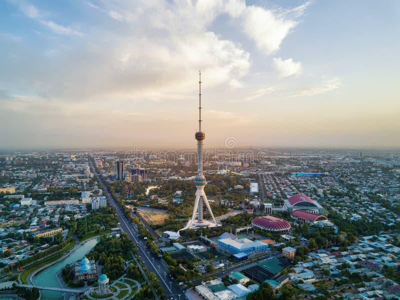Съемка башни ТВ Ташкента воздушная во время захода солнца в Узбекистане стоковое изображение