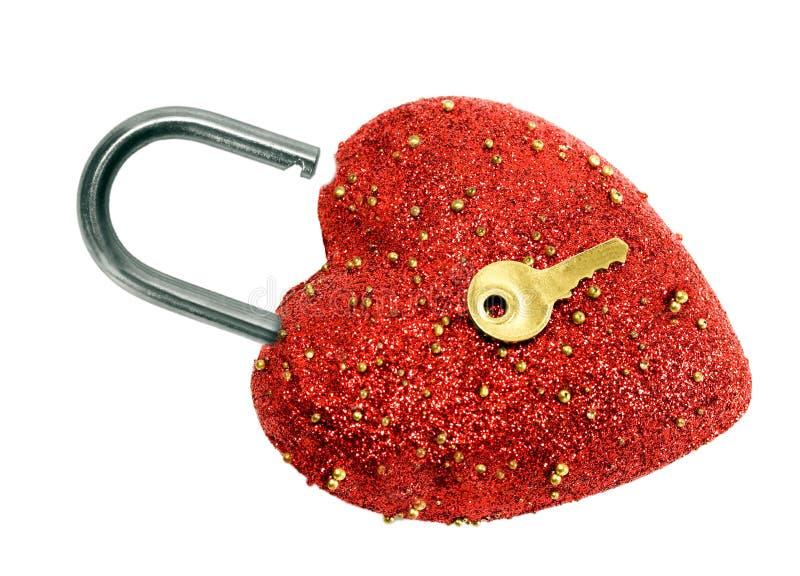 Съемка взгляда сверху padlock и золота замка открытого сердца форменная ключевая стоковые изображения rf