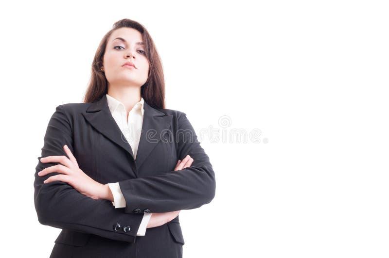 Съемка героя молодой уверенно бизнес-леди при пересеченные оружия стоковые фото
