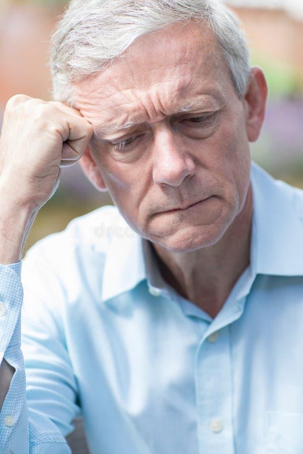 Съемка голов и плечи потревоженного старшего человека стоковые изображения rf