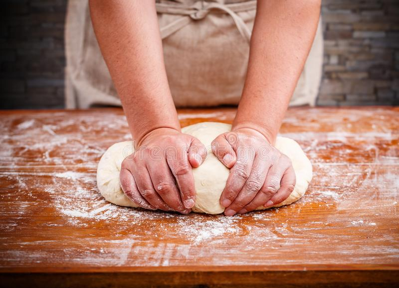 съемка женских рук теста крытая делая стоковое изображение rf