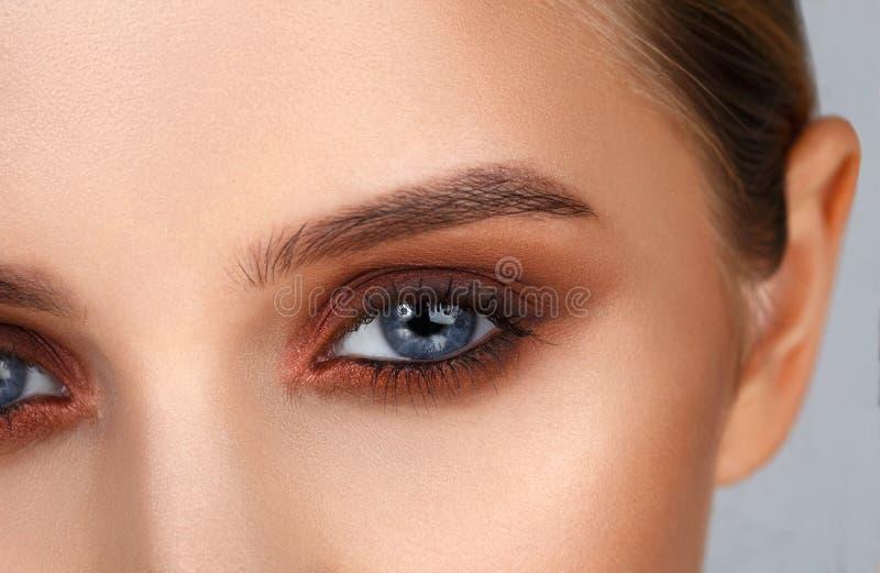 Съемка конца-вверх женского состава глаза в закоптелом стиле глаз стоковая фотография