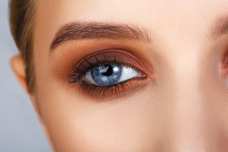Съемка конца-вверх женского состава глаза в закоптелом стиле глаз стоковая фотография rf