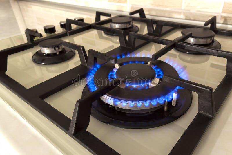 Съемка крупного плана голубого огня от верхней части плиты отечественной кухни Газ c стоковые изображения