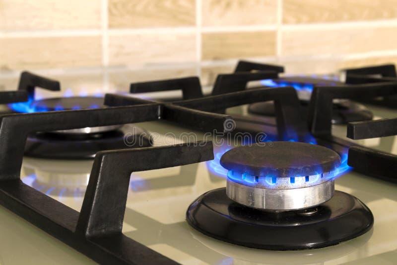 Съемка крупного плана голубого огня от верхней части плиты отечественной кухни Газ c стоковая фотография
