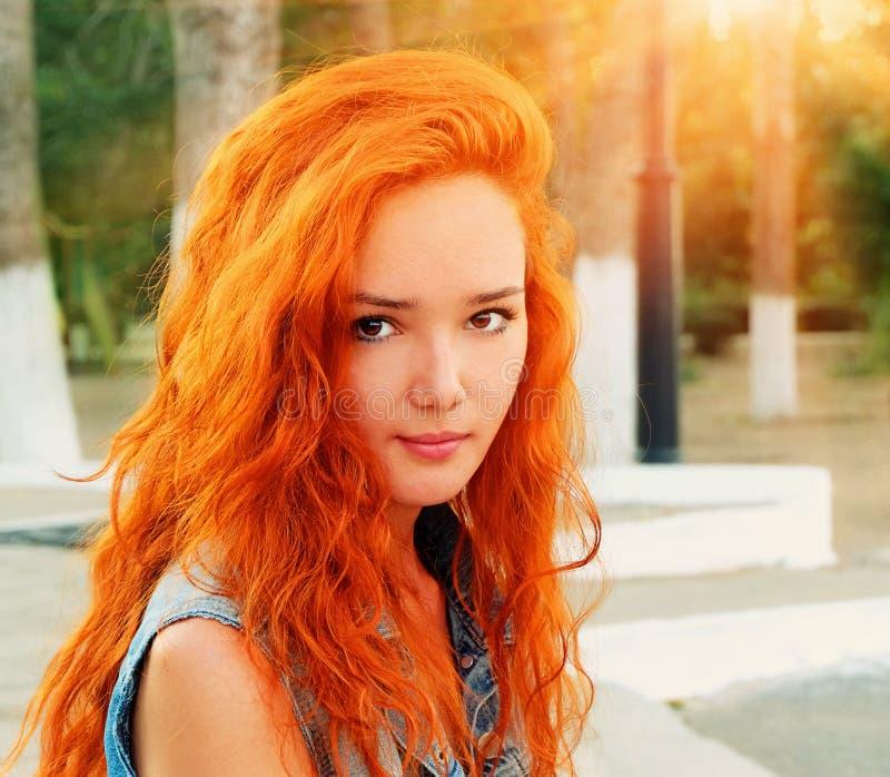 Съемка крупного плана довольно красные с волосами женщины в спокойном положении стоковая фотография rf