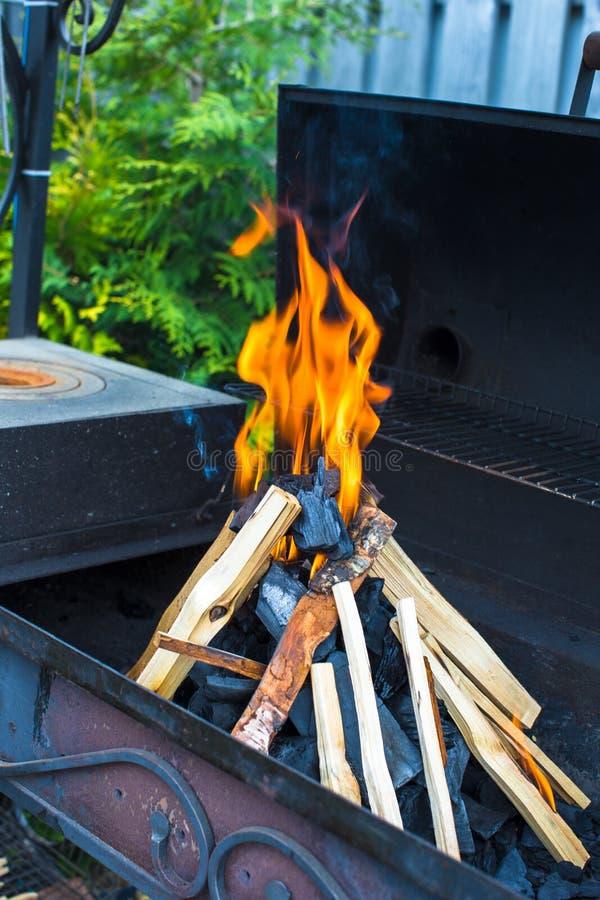 Download Съемка крупного плана открытого располагаясь лагерем огня для барбекю Стоковое Изображение - изображение насчитывающей свет, пламена: 40586471